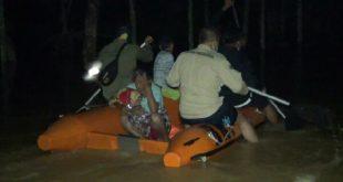 Upaya evakuasi korban banjir di Dharmasraya