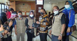 Wakil Gubernur Audy Joinaldy salah satu donatur JPS Bakti untuk Negeri menyerahkan secara simbolis paket Sembako pada Anggota JPS, Mona Siska untuk dibagikan pada warga