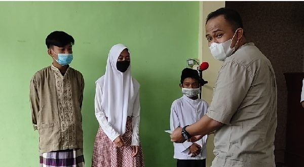 Pengurus JAPNAS Berbakti, Ozi serahkan bantuan secara simbolis pada anak yatim dalam program JBB Masjid Al Quwait