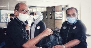 Sekretaris Komisi I DPRD Provinsi Sumatera Barat HM Nurnas serahkan paket sembako secara simbolis pada Saribulih untuk disalurkan pada warga