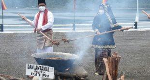 Danlantamal II memasak rendang bersama isteri