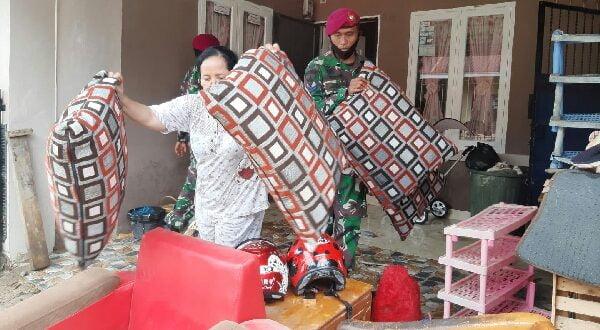 Prajurit TNI AL Lantamal II bantu korban terdampak banjir