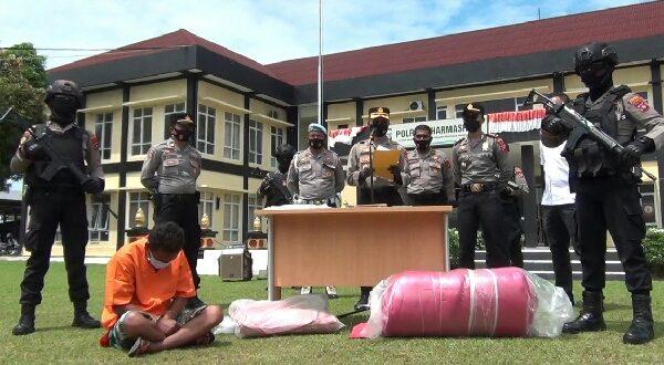 Pelaku pembunuhan di Kota Besar Dharmasraya beserta barang bukti