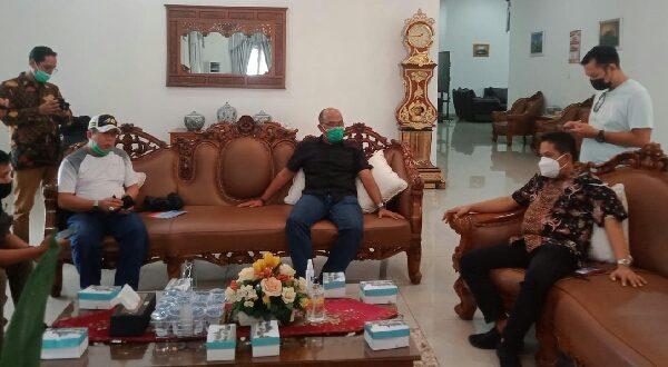 Ketua DPRD Sumbar Supardi beri penjelasan pada pers terkait renovasi rumah dinas