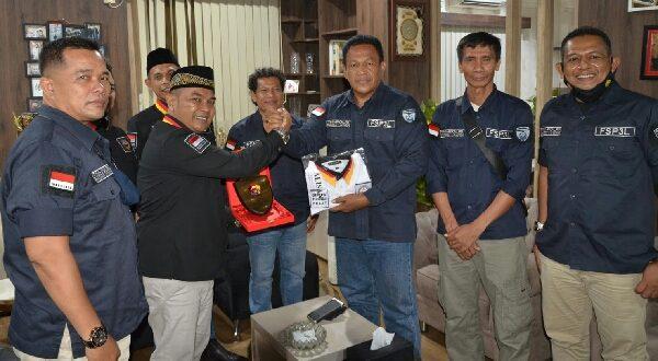 Ketua Umum FSP3L Syafinal Chaniago menyerahkan plakat FSP3L sebagai bentuk rasa kekeluargaan kepada Ketua Umum FKMB Indra Jaya. (Foto : fsp3l)