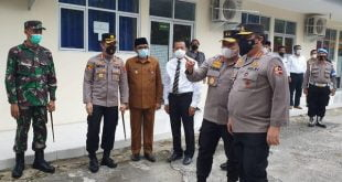 Walikota Padang Hendri Septa saat mendampingi Wakapolri Komjen Pol Gatot Eddy Pramono di Kampung Nelayan Pasir Jambak