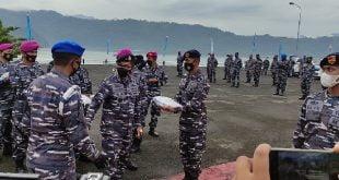 Danlantamal II Laksmana Pertama TNI Hargianto SE, MM, M.Si. (Han) lakukan penyerahan secara simbolis sembako untuk dibagikan pada masyarakat