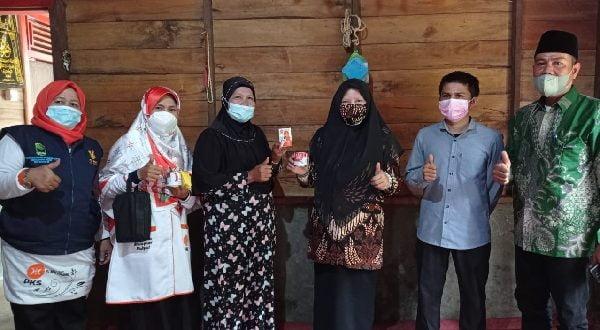 Hj. Nevi Zuairina bersama masyarakat