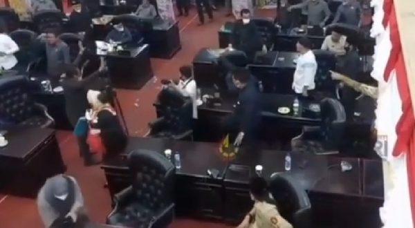 Anggota DPRD Kabupaten Solok saling lempar dalam rapat paripurna