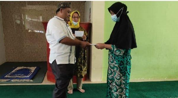 Saribulih didampingi Koordinator JBB, Herwaty Taher salurkan bantuan donatur pada Noli Yanti