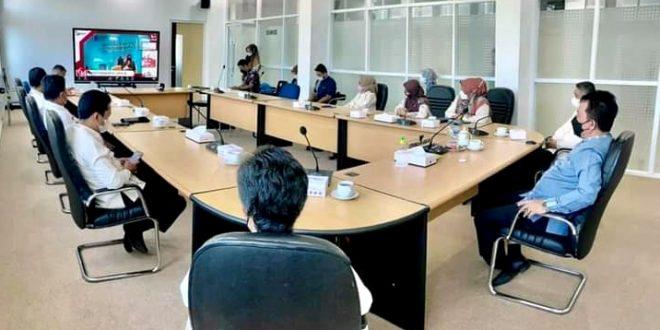 Wawako Asrul dan sejumlah pejabat terkait mengikuti acara HUT ke-64 LAN-RI secara virtual dari ruang VIP Balaikota Padang Panjang, Jumat (6/8)