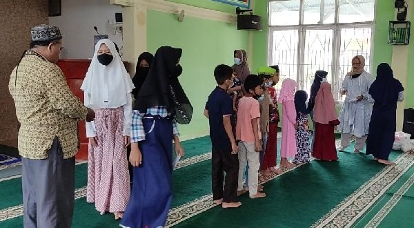 Saribulih dan Herwaty Taher salurkan bantuan untuk anak yatim dalam program Jumat Berkah Berbagi Masjid Al Quwait