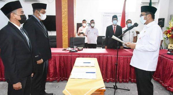 Walikota Padang Hendri Septa saat melantik Perumda PSM