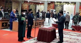 Dipandu oleh Ketua DPRD Mardiansyah, H.Yandra Yane, SE mengucapkan sumpah dan janji sebagai Anggota PAW DPRD Kota Padang Panjang 2019-2024