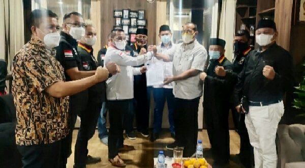 Wawako Pariaman Mardison Mahyuddin menerima mandat untuk memimpin DPD FKMB (Forum Keluarga Minangkabau Bersatu) Kota Pariaman dari Ketua Umum DPP FKMB Indrajaya. (Foto : fkmb)