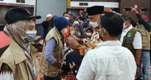 Pemasangan tanda peserta Bimtek Jitu Pasna oleh Gubernur Sumbar