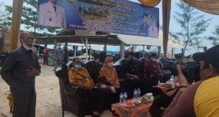 HM Nurnas saat penyerahan mesin tempel pada nelayan Pasie Katapiang, Nagari Katapiang Kecamatan Batang Anai Kabupaten Padang Pariaman.