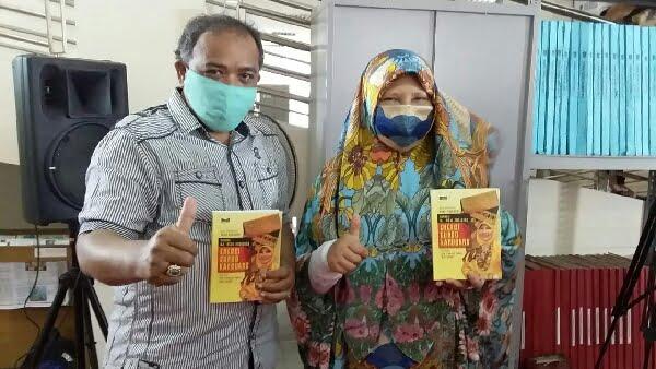 Bersama Nevi Zuairina dalam launching buku