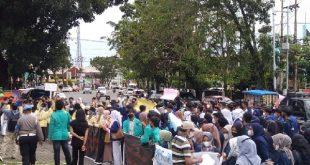 Ratusan mahasiswa itu berunjuk rasa ke kantor DPRD Sumbar
