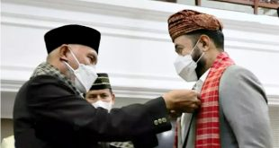 Wakili Menkop & UMKM-RI, Gubernur Sumbar, Mahyeldi sematkan pin emas koperasi kepada Walikota Padang Panjang, Fadly Amran